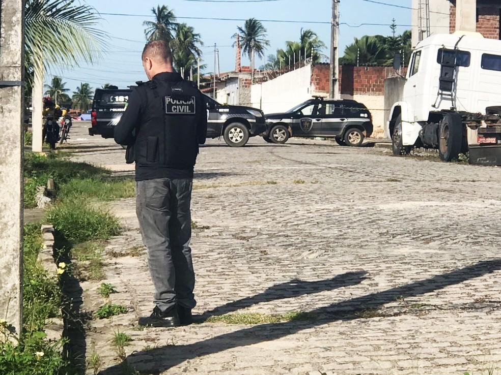 Policiais civis estiveram na Rua Áustria, no bairro Passagem de Areia, onde o corpo foi encontrado (Foto: Kleber Teixeira/Inter TV Cabugi)