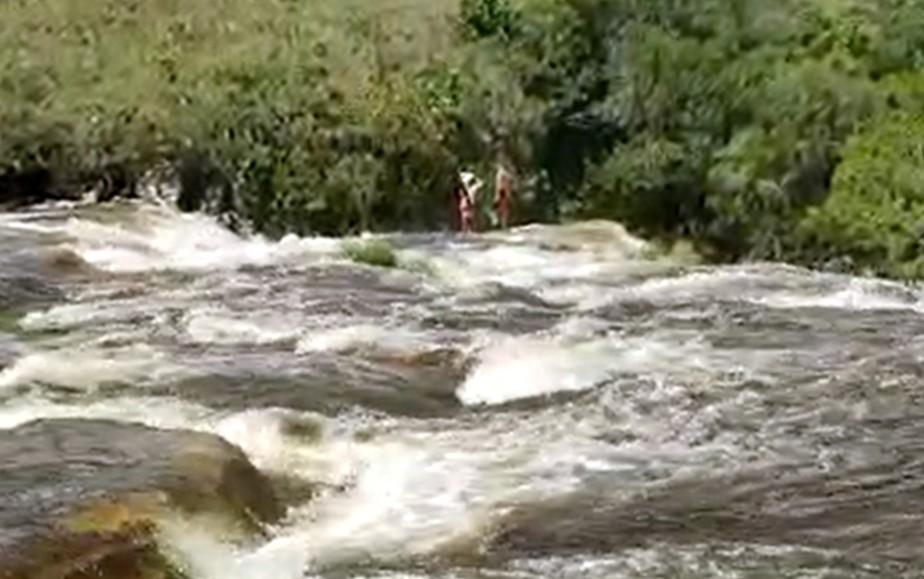 Cabeça d'água arrasta banhistas e deixa dois mortos em complexo de cachoeiras em MG