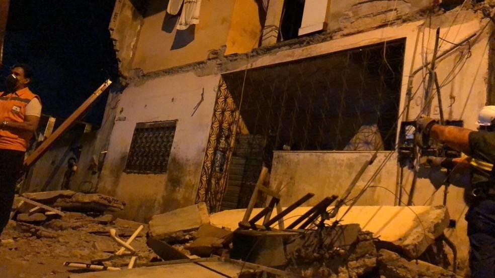 Laje desabou na Rua da Jaqueira, no bairro de Periperi, em Salvador  — Foto: Danilo Ribeiro/ TV Bahia