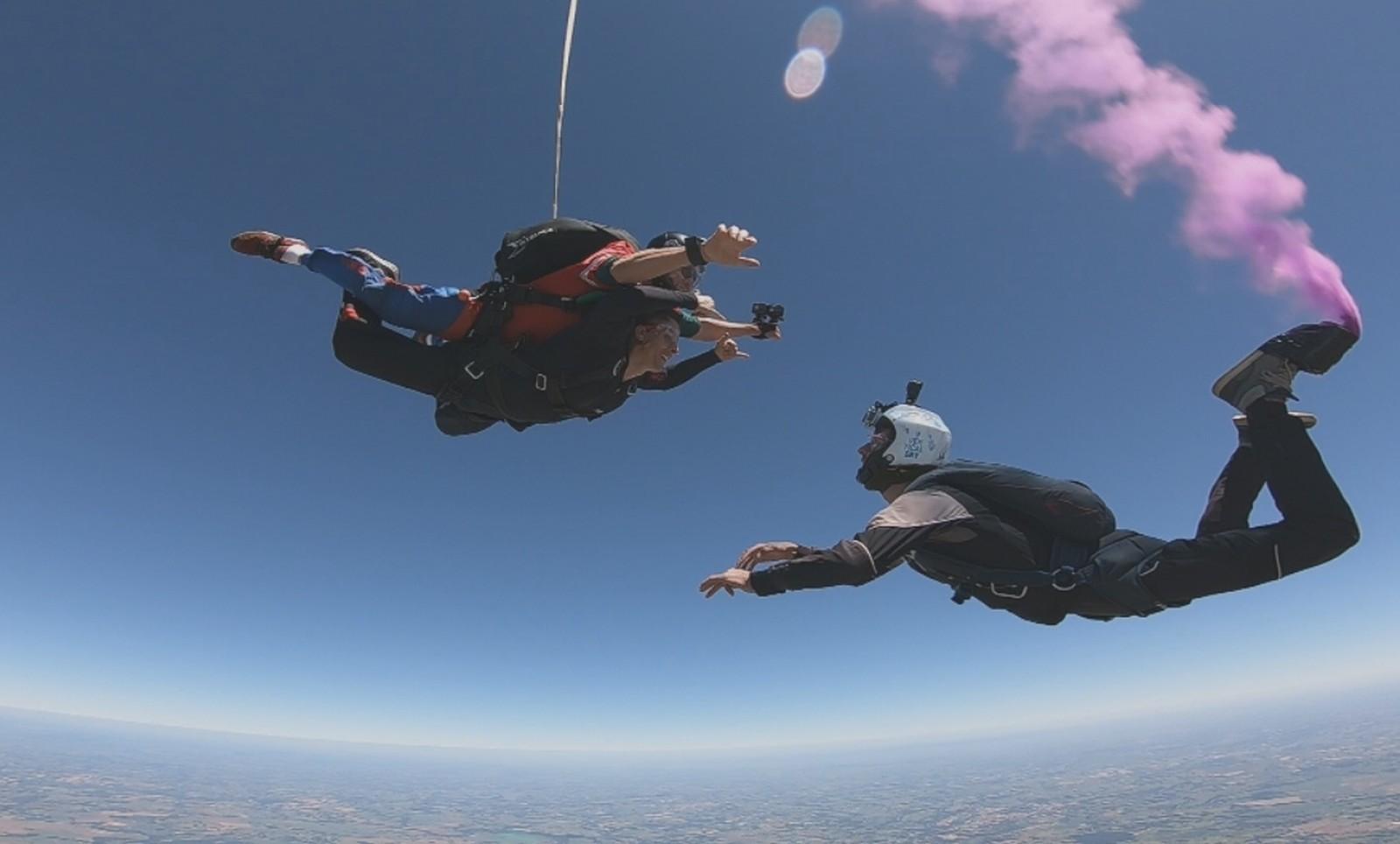 Casal revela sexo do bebê durante salto de paraquedas em Boituva (Foto: Reprodução/TV TEM)