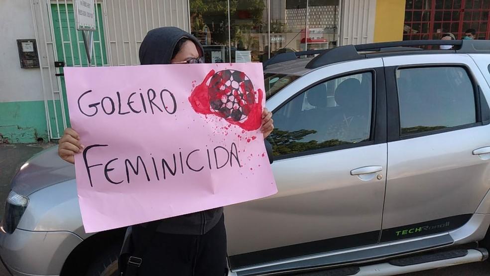Com cartazes, grupo protestou contra contratação do goleiro Bruno em clube do Acre — Foto: Lidson Almeida/Arquivo pessoal