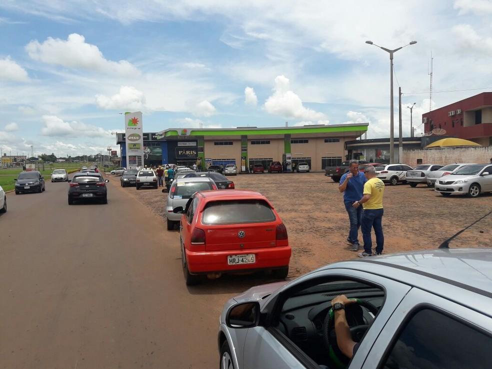 Fila de carros brasileiros aguardando para abastecer do lado Paraguaio (Foto: Carlos da Cruz/TV Morena)