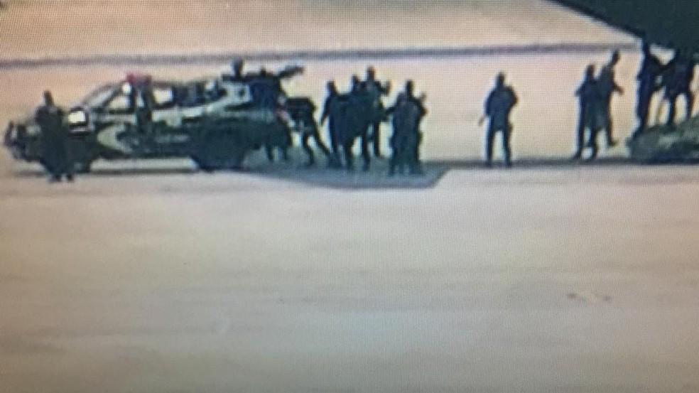 Presos de segurança máxima que ficarão em Brasília entram em veículo da polícia — Foto: TV Globo/Reprodução