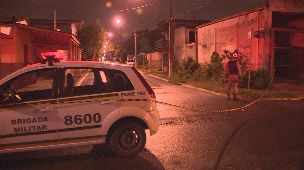 Duas pessoas morreram e outras 28 ficaram feridas depois de grupo ter disparado diversos tiros em uma festa em Gravataí (Foto: Reprodução/RBS TV)