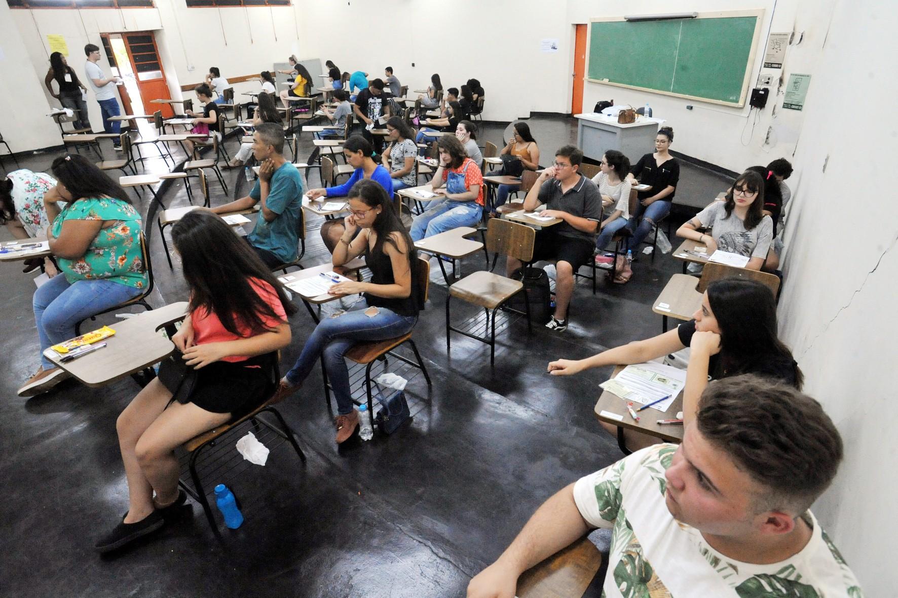 Quase 1.500 candidatos faltam na primeira fase do vestibular da UEL - Notícias - Plantão Diário