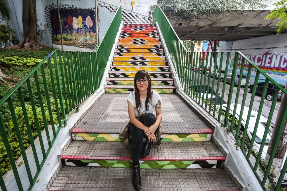 Giulia Rosso curte o famoso padrão das calçadas de São Paulo e o tatuou no braço. Em seu bairro, Pinheiros, há essa escadaria que faz homenagem à artista que criou o conceito, Mirthes dos Santos Pinto (Foto: Fábio Tito/G1)