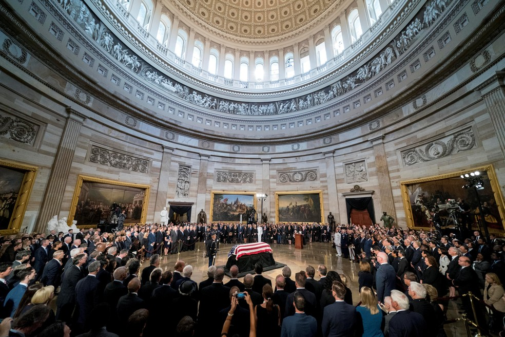 Caixão com o corpo do senador John McCain é colocado no Capitólio dos EUA para receber homenagens (Foto: Andrew Harnik/Pool via Reuters)