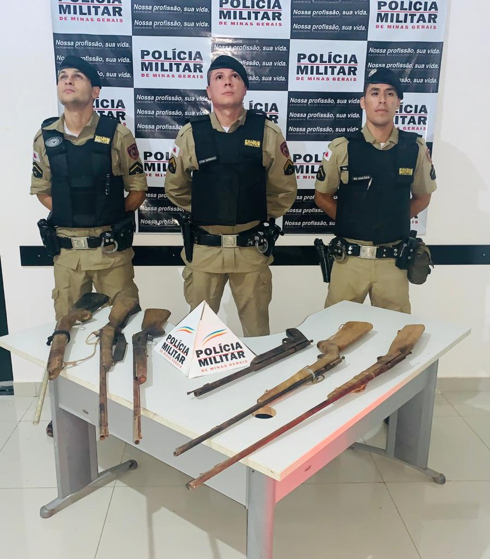 Armas apreendidas na zona rural de Jaíba — Foto: Polícia Militar / Divulgação