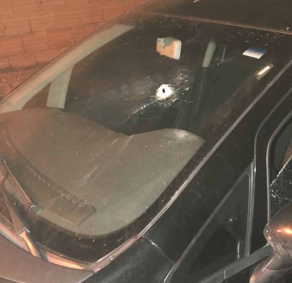 Situação de veículo que foi atingido por tiros em Brasilândia de Minas — Foto: Polícia Militar/ Divulgação