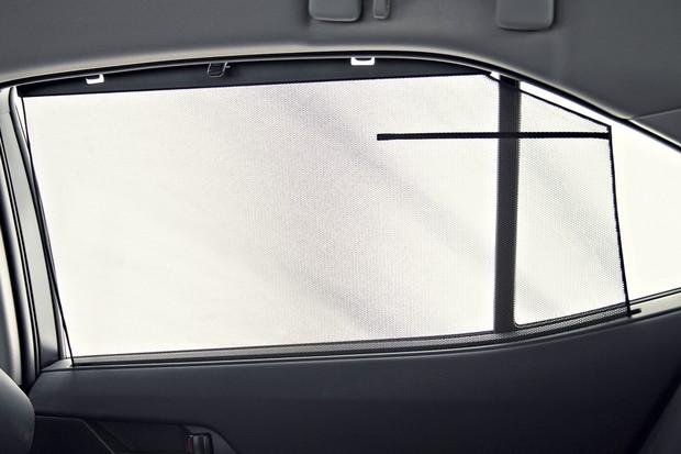 O jeito carro executivo do Toyota é reforçado pelas cortinas até nos vidros laterais (Foto: Fabio Aro/Autoesporte)