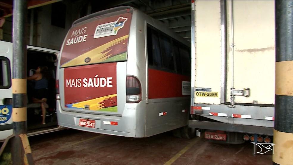 Van com pacientes renais crônicos de Pinheiro em ferry boat para chegar em São Luís (Foto: Reprodução/TV Mirante)