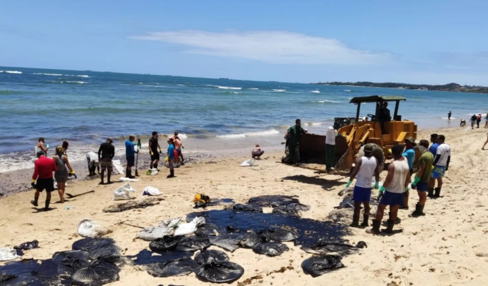 Óleo atingiu praias de Pernambuco, em outubro — Foto: Otton Veiga/TV Globo