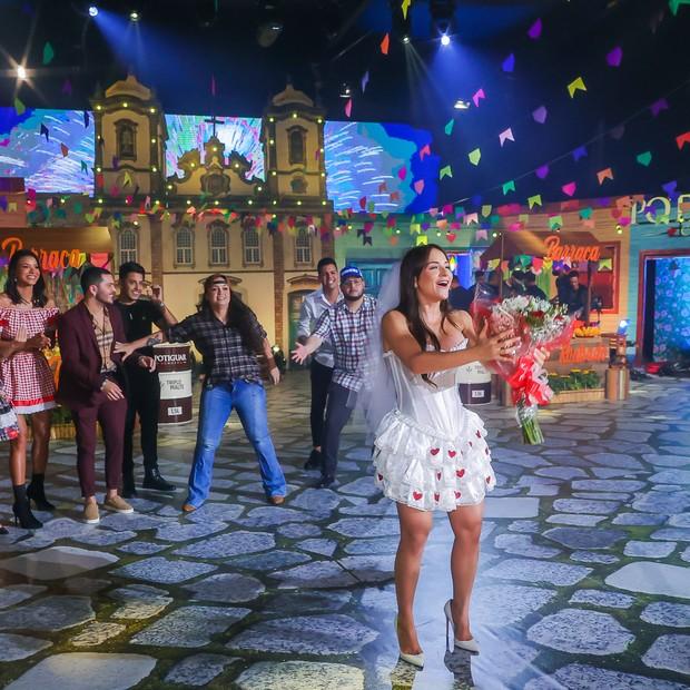A cantora Luiza peg o buquê (Foto:  Manuela Scarpa/Brazil News)