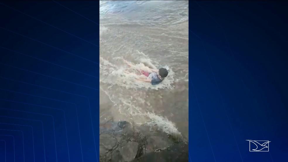 Vídeo mostra as crianças brincando na água antes do acidente em Barra do Corda. (Foto: Reprodução/TV Mirante)