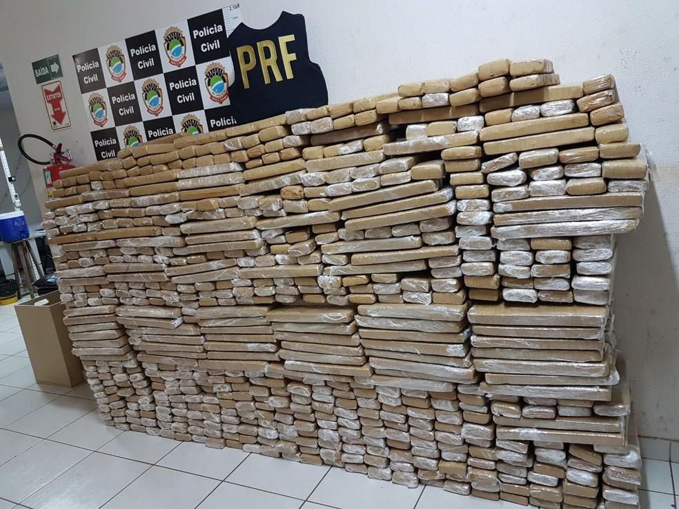 Tabletes de maconha que estavam dentro de um carro de passeio (Foto: PRF/ Divulgação)