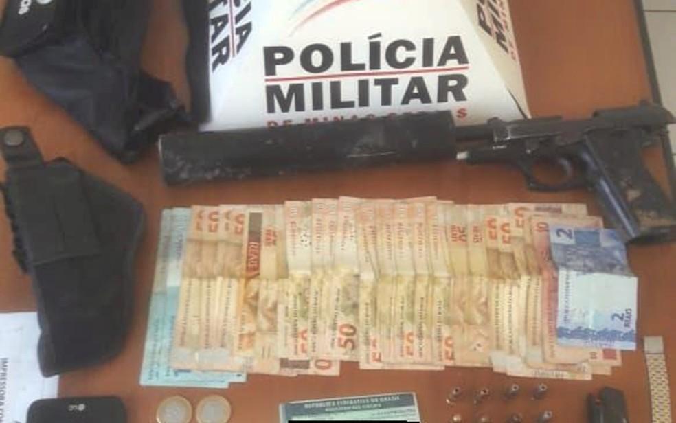 Polícia aprende arma com silenciador em Ouro Fino — Foto: Polícia Militar