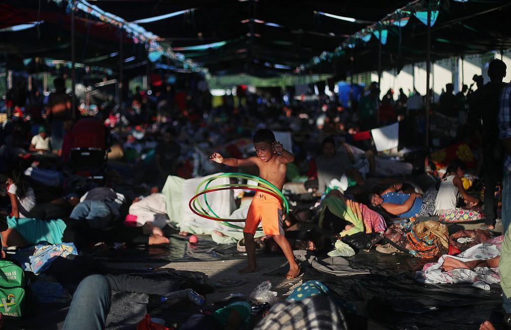 Osman Joel Hernandez, um menino migrante de 6 anos, parte de uma caravana de milhares de pessoas que viajam da América Central a caminho dos Estados Unidos, brinca com um bambolê enquanto descansa em um acampamento improvisado em Juchitan, no México, nesta quarta (31) — Foto: Hannah McKay/Reuters