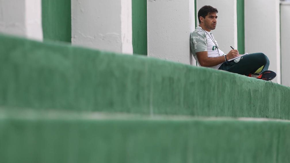 Abel Ferreira está pendurado com dois cartões, como qualquer outro jogador — Foto: Cesar Greco\Palmeiras