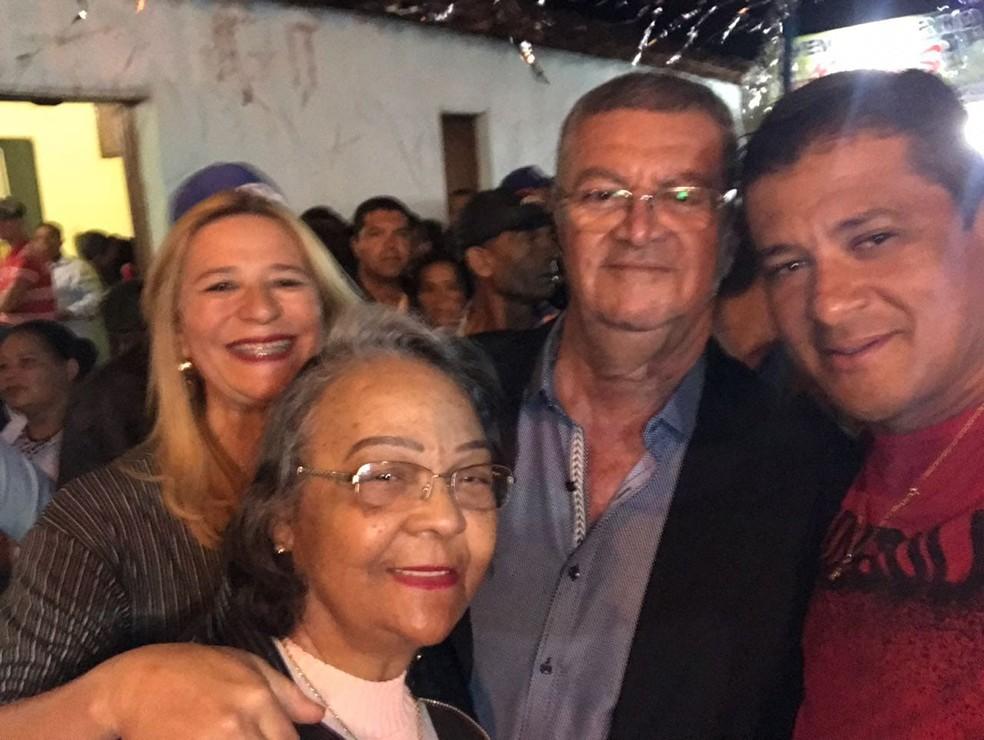 Elpídio Alves, a esposa dele, Zilda, junto aos sobrinhos Arlis Soares e Gislene Costa — Foto: Arquivo Pessoal