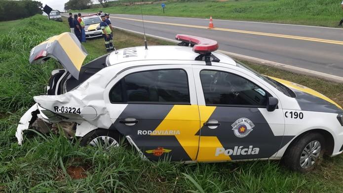 Traseira de viatura ficou destruída após batida na Estrada da Ceasa em Piracicaba — Foto: Edijan Del Santo/EPTV