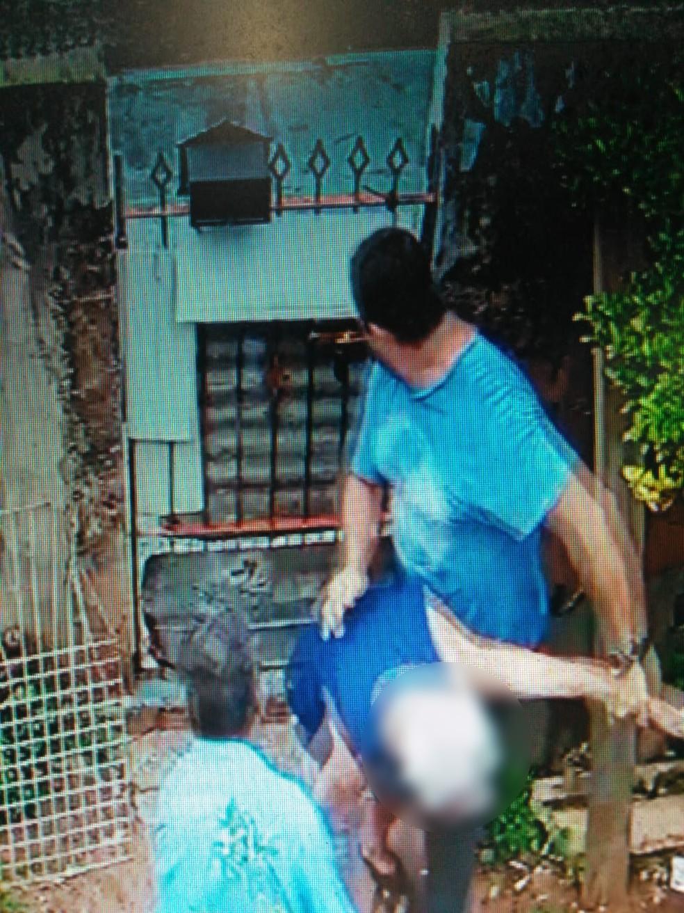 Suspeitos chegaram a empurrar o idoso durante a ação  — Foto: Reprodução / Circuito de Segurança