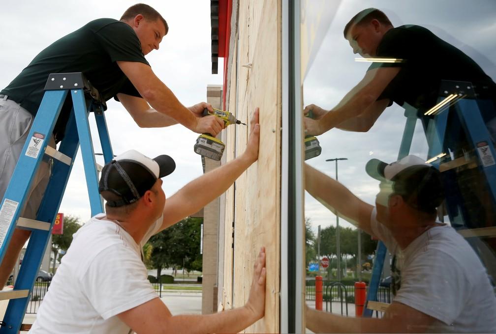 Moradores da Flórida se preparam para chegada do furacão Michael, que chegou à categoria 3 nesta terça-feira (9) — Foto: REUTERS/Jonathan Bachman