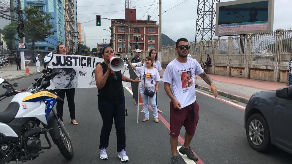 Família faz protesto no Centro de Vitória contra soltura de pastora, no Espírito Santo — Foto: André Falcão/ TV Gazeta