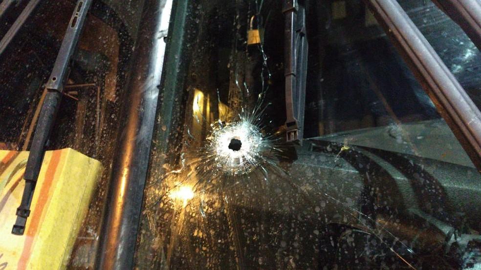 Marcas de tiros foram encontradas na janela de vidro do ônibus — Foto: Isaac Macedo/SVM