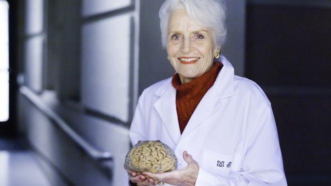 Os estudos de Marian Diamond quebraram o paradigma de que o cérebro era uma estrutura estática que não mudava (Foto: UC BERKELEY PHOTOS/ELENA ZHUKOVA, via BBC News Brasil)