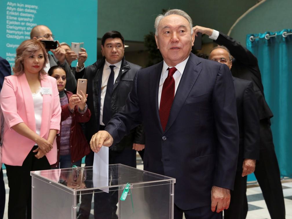 Nursultan Nazarbayev ao votar neste domingo (9) no Cazaquistão — Foto: Stringer/Reuters