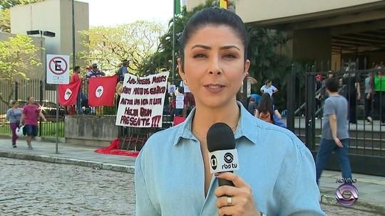 Integrantes do MST fazem vigília durante julgamento de PM acusado de matar sem-terra no RS