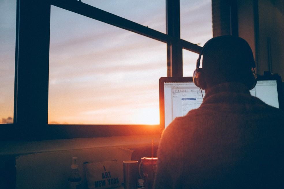 A relação com o trabalho está na origem do burnout, explicam psicólogos — Foto:  Simon Abrams/Unsplash