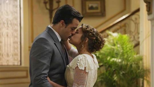 Charlotte beija Olegário e Darcy aparece na hora