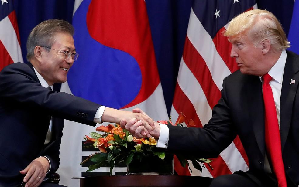 Os presidentes dos Estados Unidos, Donald Trump, e da Coreia do Sul, Moon Jae-in, se cumprimentam durante encontro em Nova York, onde participam da 73ª Assembleia Geral da ONU, na segunda-feira (24) — Foto: Reuters/Carlos Barria
