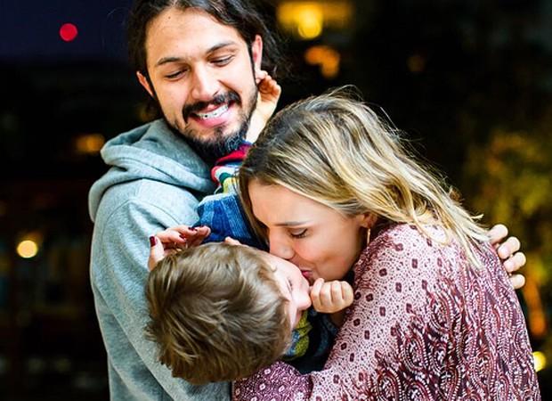 Romulo Estrela e Nilma Quariguasi com o filho, Theo (Foto: Heitor Vilela)
