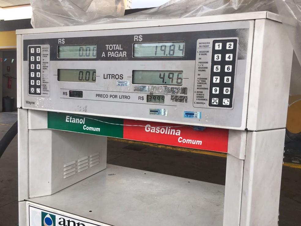 Preço na bomba de posto em Fortaleza marca R$ 3,99; há uma semana, preço era R$ 3,60 (Foto: André Teixeira)
