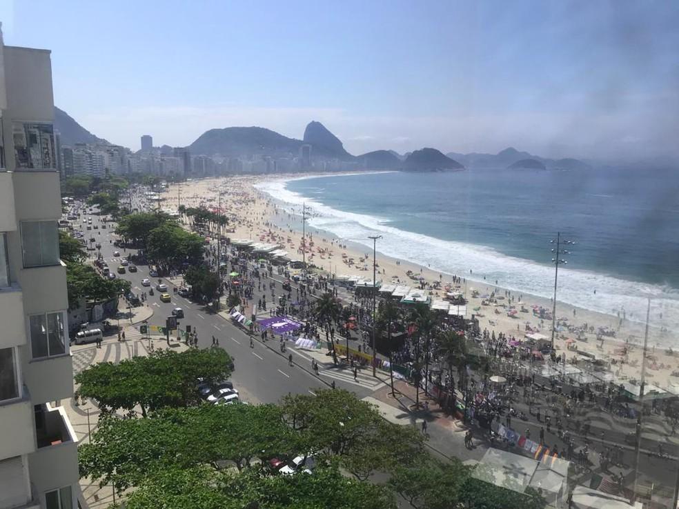 Ato contra o presidente Bolsonaro acontece na Praia de Copacabana na manhã desta domingo (12) — Foto: TV Globo