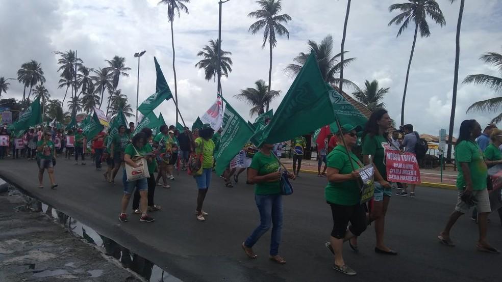 Trabalhadores seguiram em caminhada pela orla de Maceió (Foto: Matheus Tenório/G1)