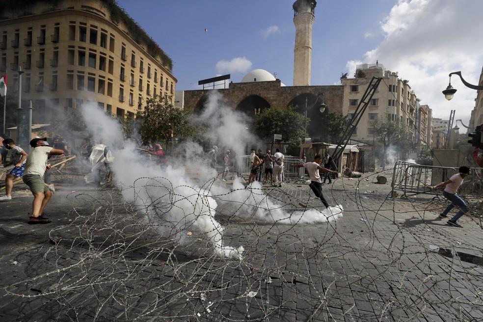 Manifestantes entram em confronto com as forças de segurança em Beirute — Foto: AP Photo/Hassan Ammar