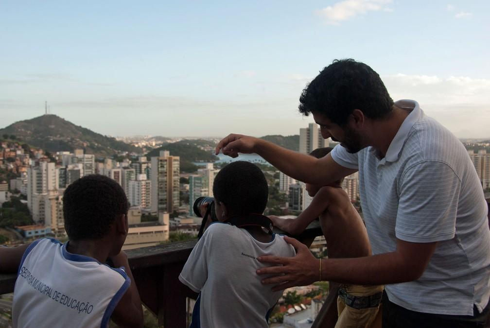 Nemer ensina fotografia a crianças de morro em Vitória durante pesquisa para seu livro 'Favela digital: o outro lado da tecnologia' — Foto: Arquivo pessoal/David Nemer