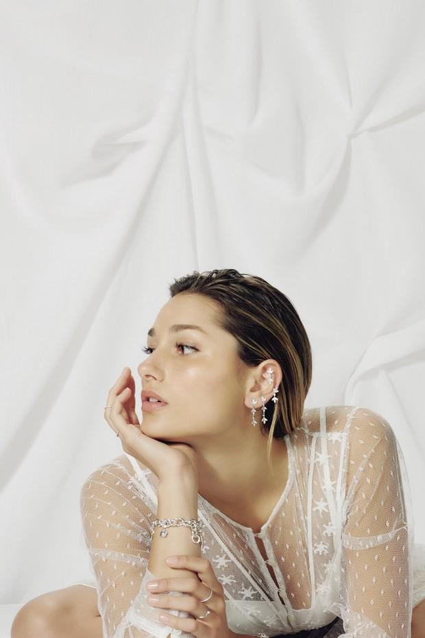 Pulseira de prata de lei com charms de prata e ouro; anéis e brincos de ouro branco e diamantes. (Foto: Hick Duarte)