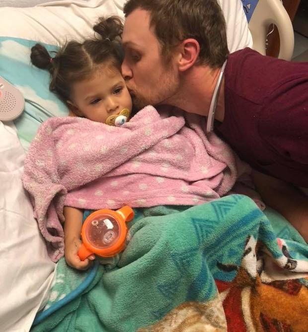 Phoenix, 2 anos, enfrenta um tipo raro de câncer  (Foto: Reprodução Facebook)