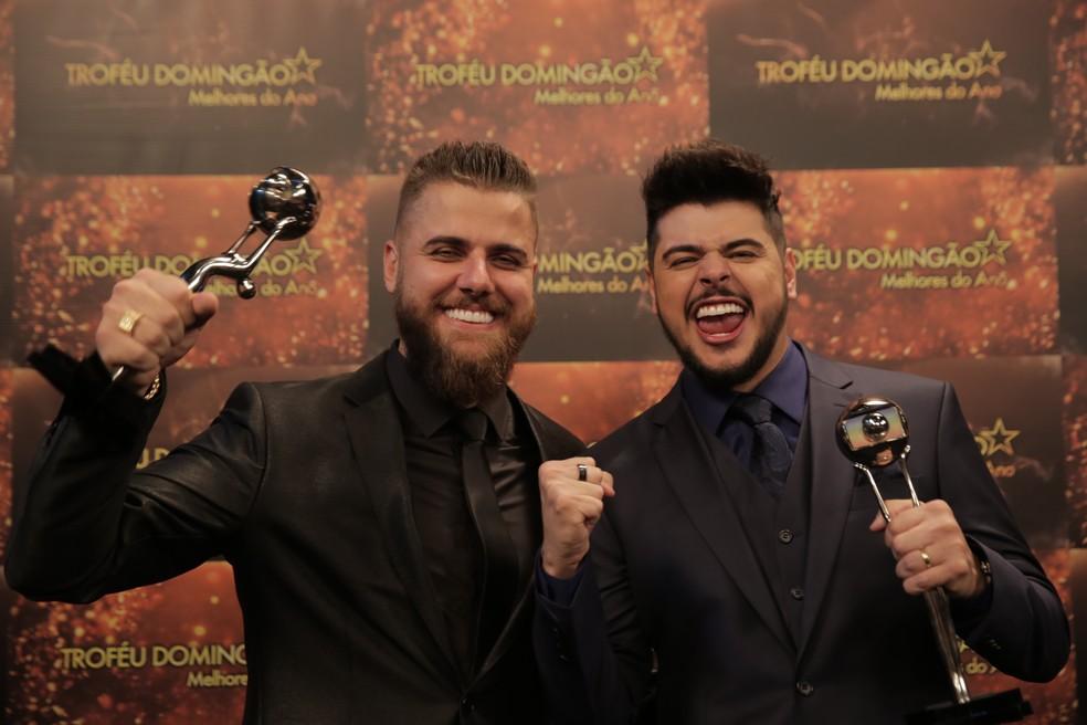 Zé Neto e Cristiano venceram na categoria Música do Ano com 'Largado às Traças' e levaram o Troféu Domingão Melhores do Ano 2018 — Foto: Paulo Damasceno/Gshow