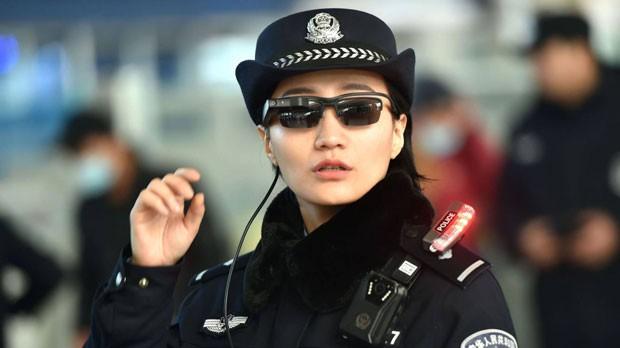 A polícia chinesa usa óculos inteligentes que reconhecem rostos e são capazes de identificar suspeitos.  (Foto: AFP)