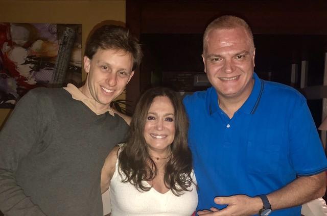 Susana Vieira entre o diretor André Bushatsky e o roteirista Mauro Alencar (Foto: Divulgação)