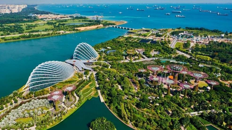 Cingapura é conhecida por sua limpeza impecável e imagem pública imaculada — Foto: Tuul & Bruno Morandi/Getty Images via BBC