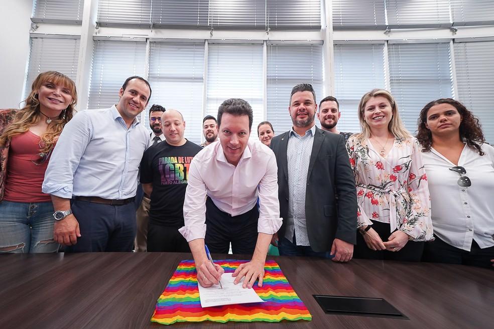 Lei proposta por vereador foi sancionada nesta quinta-feira (13), tornando 28 de junho o Dia do Orgulho LGBT oficialmente em Porto Alegre  — Foto: Joel Vargas/PMPA