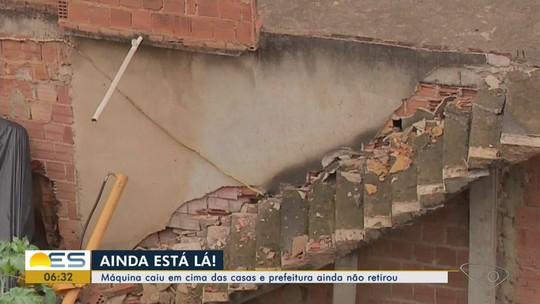 Máquina que atingiu casas permanece no mesmo lugar há 20 dias em Marataízes, ES