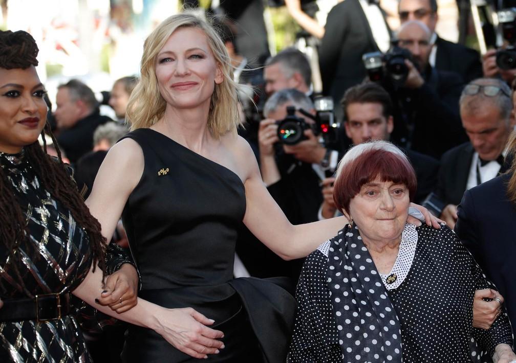 A atriz Kate Blanchett, presidente do júri do Festival de Cinema de Cannes, participa de protesto feminino no tapete vermelho acompanhada pela cineasta Agnès Varda (Foto: Eric Gaillard/Reuters)