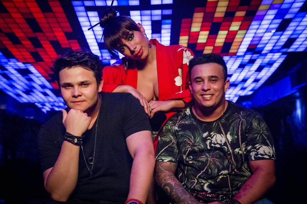 A dupla Matheus e Kauan e a cantora Anitta nas gravações do clipe de 'Ao vivo e a cores' (Foto: Divulgação)